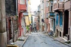 Rue étroite serrée entre les vieilles maisons de la ville Image stock