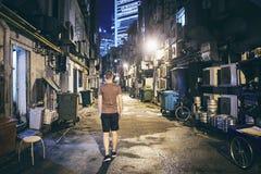 Rue étroite sombre dans la ville photos libres de droits