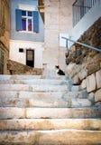 Rue étroite typique avec des escaliers dans la ville d'Ermoupoli, sur l'île de Syros dans Cyclades, la Grèce photos stock