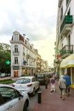 Rue Albert 1st incentral aix-Les-Bains med gångare Royaltyfria Foton