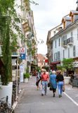 Rue Albert 1st incentral aix-Les-Bains med gångare Royaltyfria Bilder