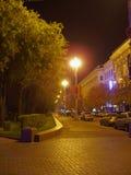 Rue allumée la nuit images stock