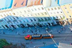 Rue animée dans la partie centrale de Lviv d'en haut Photographie stock