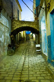Rue Arabe dans le medina pendant la soirée Photo stock