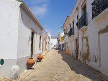 Rue arrière d'ardoise pittoresque au Portugal images libres de droits