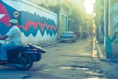 Rue arrière d'image graveleuse à La Havane Image stock
