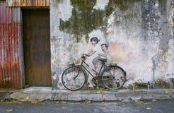 Rue Art Mural de cycliste d'enfant de mêmes parents à Georgetown, Penang, Malaisie Photos stock