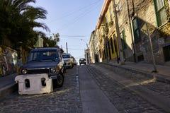 Rue ascendante à Valparaiso avec des bâtiments et l'architecture Photographie stock