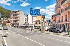 Rue au centre de Ponte Tresa avec des panneaux routiers, Italie Images stock