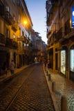 Rue au centre historique de Lisbonne la nuit images stock