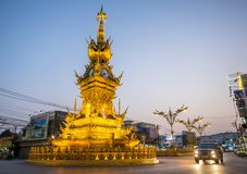 Rue autour de tour d'horloge d'or en Chiang Rai Photos stock