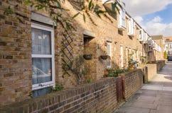 Rue avec de basses maisons dans une rangée, avec les fenêtres caractéristiques et Photographie stock libre de droits