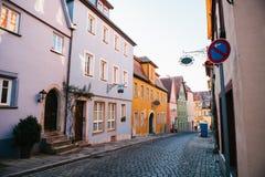 Rue avec de belles maisons colorées dans une rangée dans le der Tauber d'ob de Rothenburg en Allemagne Ville européenne Images stock