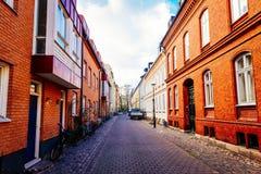 Rue avec de vieilles maisons colorées gentilles au centre historique de Malmö Images stock