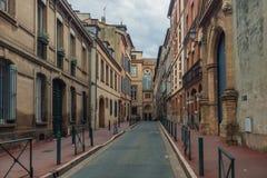 Rue avec de vieux bâtiments à Toulouse Photos stock