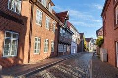Rue avec de vieux immeubles de brique médiévaux Luneburg l'allemagne images libres de droits