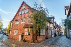 Rue avec de vieux immeubles de brique médiévaux Luneburg l'allemagne photo stock