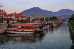 Rue avec des bateaux avec le drapeau turc dans le canal au coucher du soleil photos stock