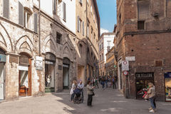 Rue avec des boutiques à Sienne, Toscane, Italie Photo stock