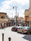 Rue avec des boutiques dans la ville de Madaba en hiver Photographie stock