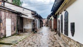 Rue avec des boutiques vendant des souvenirs chez Bascarsija au vieux quartier de la ville Images libres de droits