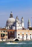 Rue avec des maisons antiques et une cathédrale catholique l'Italie Venise Image stock