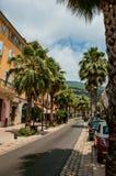 Rue avec des maisons et des palmiers à Grasse Photos stock