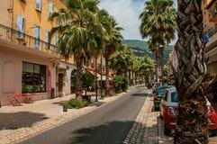 Rue avec des maisons et des palmiers à Grasse Photo stock