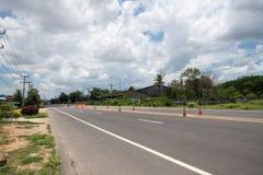 Rue avec des panneaux routiers photo libre de droits