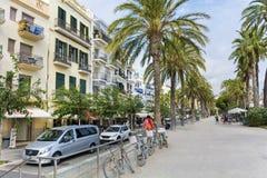 Rue avec des paumes dans la vieille ville de Sitges, Espagne Images libres de droits