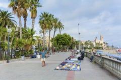 Rue avec des paumes dans la vieille ville de Sitges, Espagne Images stock