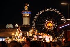 Rue avec des tentes de bière chez Oktoberfest image stock