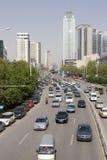 Rue avec des véhicules à Wuhan de la Chine Images stock