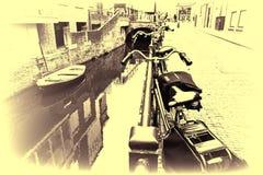 Rue avec des vélos garés sur un remblai Photo libre de droits