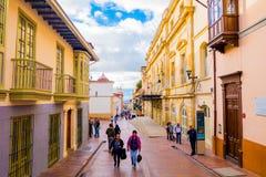 Rue avec du charme typique dans la vieille partie de Bogota avec Photographie stock libre de droits