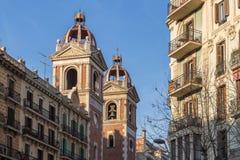 Rue avec l'église à Barcelone Photos stock