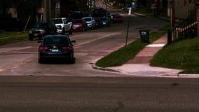 Rue avec la conduite et voitures du côté de la route photos libres de droits