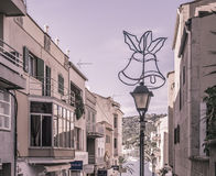 Rue avec la décoration de Noël dans le port Andratx, effet de vintage Images stock