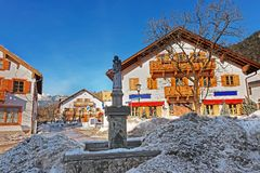 Rue avec la fontaine à la vieille ville de Garmisch Partenkirchen Photo stock