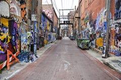 Rue avec le graffiti sur les murs Photos stock