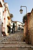 Rue avec le passage couvert à Cannes photographie stock libre de droits