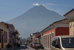 Rue avec le volcan à l'arrière-plan photographie stock libre de droits