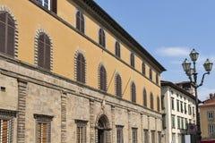 Rue avec les bâtiments historiques à Lucques, Italie Image libre de droits