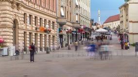Rue avec les bâtiments historiques en citycentre et monument saint de Mary devant le timelapse de cathédrale à Zagreb banque de vidéos
