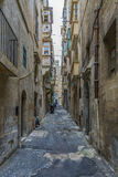 Rue avec les balcons colorés dans la partie historique de La Valette à Malte Photo libre de droits