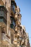 Rue avec les balcons maltais traditionnels Photographie stock