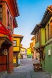 Rue avec les Chambres et les pavés colorés dans la ville d'Eskishehir, Turquie photos libres de droits