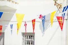 Rue avec les drapeaux colorés dans Mykonos, Grèce Image stock