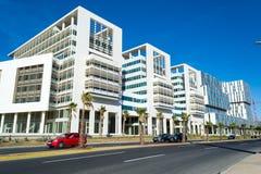 Rue avec les immeubles de bureaux modernes à Casablanca #2 Image stock