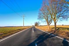 Rue avec les lignes électriques électriques Photo stock